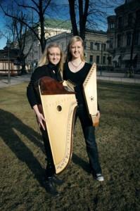 Olga (oik.) ja Tanja Kurikka ovat asuneet noin puolet elämästään Venäjällä ja puolet Suomessa. kuva: Arja Kangasniemi