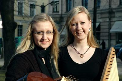 Esiintyessä Olga ja Tanja eivät ole klikkiytyneet tiettyyn musiikinlajiin. Ohjelmisto valmistetaan tilaajan toiveen mukaan.  – Meillä on tosi vähän vaikutteita venäläisestä musiikista, koska me ollaan opittu koko kanteleperinne Suomessa. Toisaalta musiikkia ei voi jakaa kansallisuuksiin, tuumivat Olga ja Tanja. Duo Vesper esiintyy mielellään erilaisissa tilaisuuksissa, mutta säännöllinen keikkailu ja yliopisto-opiskelu on vaikea yhdistää. kuva: Arja Kangasniemi