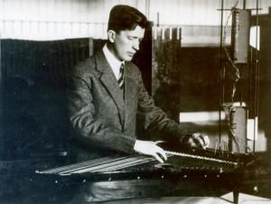Paul Salminen soittamassa täyskromaattista 105-kielistä spindellikannelta, jossa on 10 cm  pitkät sävelvaihtovivut ja soitinta kannattelevat kolme 8 cm korkuiset sorvatut puujalat. kuva: Jorma Salminen