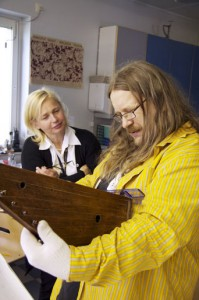 Rauno Nieminen mittaa tarkasti kanteleen 1626, jotta siitä voidaan tehdä kopio ja sitä voi soittaa.