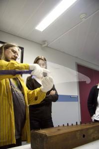 Rauno Nieminen esittelee konservaattori Kirsi Bergille muovilevyn käyttämistä mittaamisen apuna.