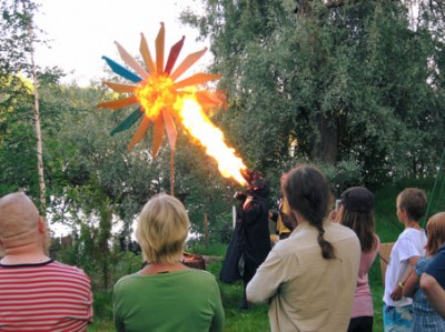 Tulenpuhaltaja Anu Pölkki lohikäärmeen hahmossa puhaltaa kehrään tulen. kuva: Jani Kallioinen