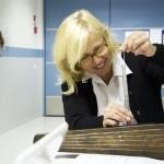 Nurmeksen museon johtaja Meri-Anna Rossander tutustuu kanteleiden mittaukseen. (kuva: Timo Väänänen)